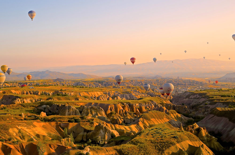 hotair-baloons-flying-valley
